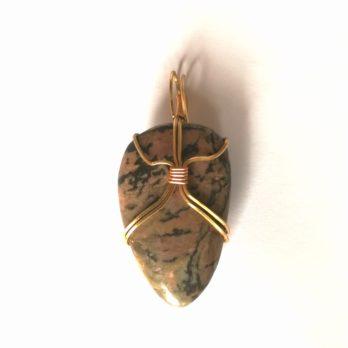 pendentif en pierre naturelle de rhodonite et laiton écrin de pietrre