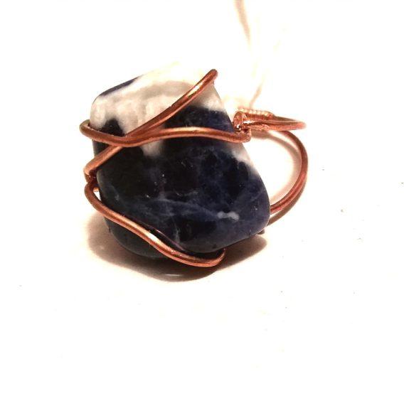bague en pierre naturelle sodalite et cuivre écrin de pierre